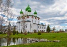 Het klooster van de Russische Orthodoxe Kerk Het wordt gevestigd in het Novgorod-gebied stock afbeelding
