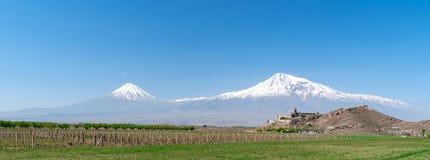 Het klooster van Khorvirap op de achtergrond van onderstel Ararat in Armeni stock foto
