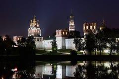Het Klooster van Novodevichy bij donkere nacht Stock Afbeelding