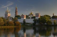 Het Klooster van Novodevichy bij zonsondergang royalty-vrije stock foto's