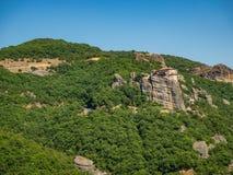 Het klooster van St Nicholas Anapavsas wordt gevestigd op een steile rotsrichel in de bergen in Meteora-gebied, Griekenland royalty-vrije stock foto's