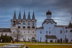 Het Kloosterdaling 2018, Russische Orthodox, Tihvin, het gebied van Heilige Petersburg, Rusland van de Tikhvinveronderstelling stock foto's