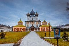 Het Kloosterdaling 2018, Russische Orthodox, Tihvin, het gebied van Heilige Petersburg, Rusland van de Tikhvinveronderstelling royalty-vrije stock fotografie