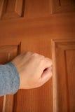 Het kloppen bij de deur. Stock Foto