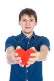 Het knappe brunette bemant het houden van een rood die hart, op witte achtergrond wordt geïsoleerd Stock Foto's