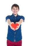 Het knappe brunette bemant het houden van een rood die hart, op witte achtergrond wordt geïsoleerd Stock Afbeelding