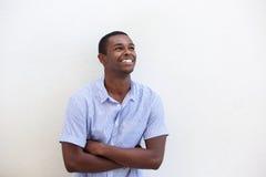Het knappe jonge Afrikaanse Amerikaanse mens glimlachen Stock Foto