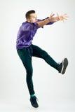 Het knappe jonge mens model springen stock foto