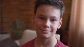 Het knappe jongen glimlachen stock videobeelden