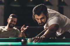 het knappe Kaukasische mens spelen stock afbeelding