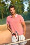 Het knappe mannelijke tennisspeler glimlachen Stock Foto's