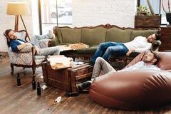 Het knappe mannelijke vrienden slapen stock foto's