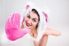 Het knappe meisje in konijnkostuum vindt gelukkig hallo vooruit het zetten van haar hand zeg Stock Foto