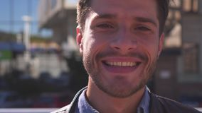 Het knappe mens glimlachen stock videobeelden