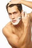 Het knappe mens scheren als deel van ochtendroutine Royalty-vrije Stock Foto's