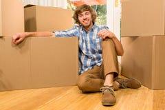 Het knappe mens stellen met het bewegen van dozen Stock Foto's