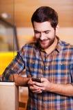 Het knappe mens texting Royalty-vrije Stock Afbeeldingen