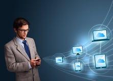 Het knappe mens typen op smartphone met wolk gegevensverwerking stock foto