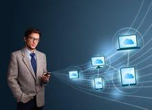 Het knappe mens typen op smartphone met wolk gegevensverwerking stock fotografie