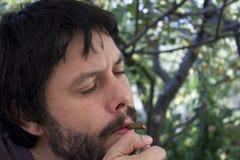 Het knappe mens roken Stock Foto's