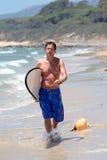 Het knappe midden oude mens waliking langs strand Stock Fotografie