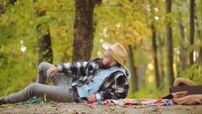 Het knappe model van de de herfst ernstige mens in park De stemming van de herfst Vele roze en magenta asters Knappe mens hipster stock videobeelden