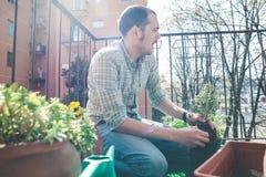 Het knappe modieuze mens tuinieren stock afbeeldingen