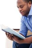 Het knappe zwarte boek van de mensenlezing Stock Foto