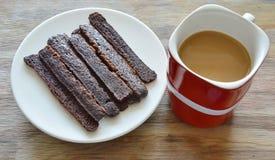 Het knapperige donkere brood van de chocoladestok eet paar met koffie in rode kop Royalty-vrije Stock Foto's