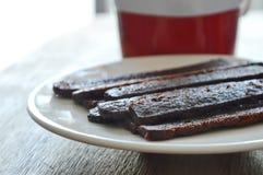 Het knapperige donkere brood van de chocoladestok eet paar met koffie in rode kop Stock Afbeelding