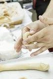 Het kneden donuts Stock Foto's