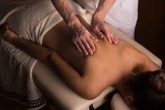 Het kneden van de spieren tijdens massage stock fotografie
