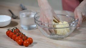 Het kneden van kort gebakje met handen De vrouwelijke handen maken deeg stock videobeelden