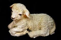 Het knielen schapenstandbeeld stock foto's