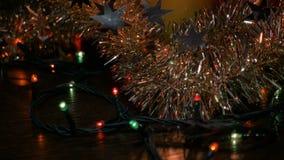 Het knipoogje van nieuwjaar` s lichten Kerstmisdecoratie en klatergoud Vage achtergrond stock footage