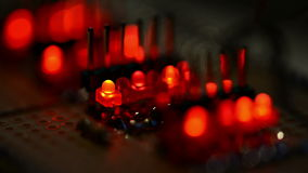 Het knipperen LEDs op een testpcb stock videobeelden