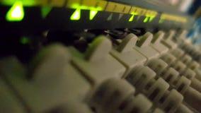 Het knipperen netwerk ethernet actieve schakelaar met verbonden kabels in serverruimte stock videobeelden