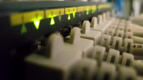 Het knipperen netwerk ethernet actieve schakelaar met verbonden kabels in serverruimte stock footage