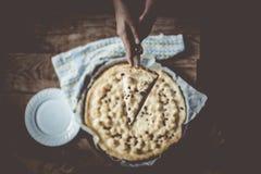 Het knipsel enkel gebakken van de huisvrouw kaastaart Het handknipsel bakte vers cake met kwark royalty-vrije stock foto's