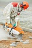Het knipselrand van de bouwersarbeider met schijfzaag Stock Fotografie