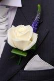 Het knoopsgat van bruidegoms bij huwelijk royalty-vrije stock foto