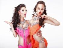 Het knuppelen. Twee Vrouwen Showgirls in Stadiumkleding stock afbeeldingen