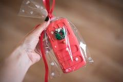 Het koekje van de Kerstmisgember in de vorm van een deur in een hand wordt gehouden die royalty-vrije stock afbeelding