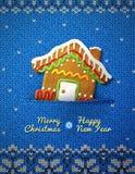 Het koekje van het Kerstmishuis op gebreide achtergrond Stock Afbeelding