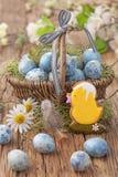 Het koekje van Pasen en blauwe eieren stock afbeeldingen
