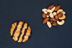 Het koekje wordt gemaakt met chocolade en een verscheidenheid van noten Royalty-vrije Stock Fotografie