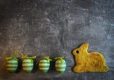 Het koekjesgebakje van Pasen shortcrust het traditionele knolling met kleurrijke eieren op grijze grunge donkere achtergrond royalty-vrije stock fotografie