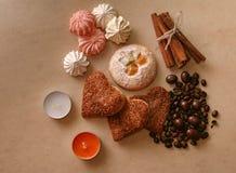 Het koekjesschuimgebakje plakt de bonen van de kaneelkoffie en ioreshki in CH royalty-vrije stock afbeeldingen