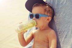 Het koele en leuke jongen zonnebaden royalty-vrije stock afbeelding