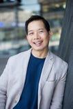Het koele midden oude Aziatische mens glimlachen Royalty-vrije Stock Foto's